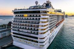 Barco de cruceros de la fantas?a del MSC atracado en el terminal del puerto de la traves?a de Barcelona en la puesta del sol fotos de archivo