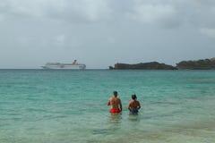 Barco de cruceros de la fascinación del carnaval que sale de St, ` s de Juan en Antigua Imagen de archivo