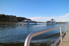 Barco de cruceros a la isla flotante famosa de Uros del puerto de Puno, Perú foto de archivo libre de regalías