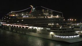Barco de cruceros de la noche almacen de metraje de vídeo