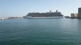 Barco de cruceros de la reflexión de la celebridad que sale de los muelles del puerto de Málaga metrajes