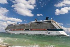 Barco de cruceros de la silueta de la celebridad dirigido al mar fotos de archivo