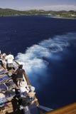 Barco de cruceros - los pasajeros miran opiniones de la isla Fotografía de archivo libre de regalías