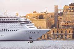 Barco de cruceros de lujo amarrado en el puerto de La Valeta imagenes de archivo