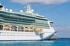 Barco de cruceros masivo en el agua azul Fotografía de archivo