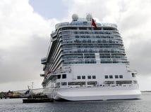 Barco de cruceros masivo en el puerto Imagen de archivo libre de regalías