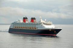 Barco de cruceros moderno en acceso Imagen de archivo