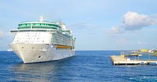 Barco de cruceros no marcado que maniobra para atracar en Willemstad, Curaçao Las Antillas holandesas En un día soleado tropical imágenes de archivo libres de regalías