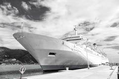 Barco de cruceros o trazador de líneas en el amarre en puerto marítimo imagen de archivo