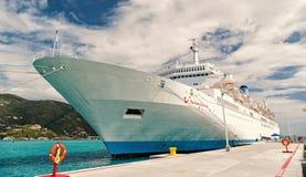 Barco de cruceros o trazador de líneas en el amarre en puerto marítimo imagenes de archivo