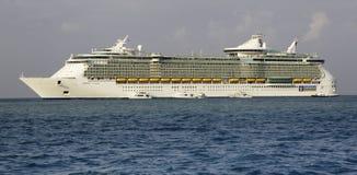Barco de cruceros - oasis de RCI de los mares en Belice Imágenes de archivo libres de regalías
