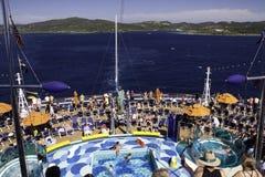 Barco de cruceros - opiniones de la cubierta y de la isla de la piscina Imágenes de archivo libres de regalías