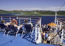 Barco de cruceros - opiniones de las sillas y de la isla de cubierta Imagen de archivo