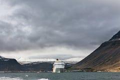 Barco de cruceros parado en Isafjordur, Islandia imagenes de archivo
