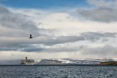 Barco de cruceros parado en Isafjordur, Islandia imagen de archivo