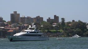 Barco de cruceros privado grande en el puerto Sydney almacen de metraje de vídeo