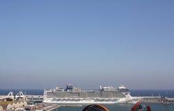 Barco de cruceros Puerto de Barcelona, España Foto de archivo libre de regalías