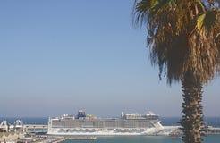Barco de cruceros Puerto de Barcelona, España Imágenes de archivo libres de regalías