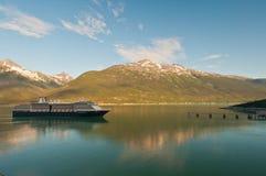 Barco de cruceros que alcanza la destinación Imagen de archivo libre de regalías