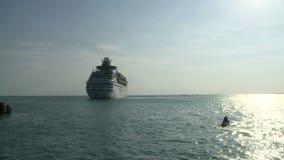 Barco de cruceros que dirige hacia fuera al mar almacen de metraje de vídeo