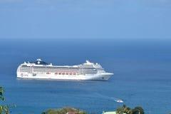 Barco de cruceros que entra en el puerto Fotos de archivo