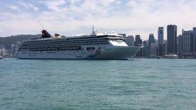 Barco de cruceros que entra en el puerto de Hong Kong