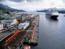 Barco de cruceros que entra en Ketchikan, puerto de Alaska Imagen de archivo libre de regalías