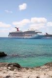 Barco de cruceros que espera Imagenes de archivo