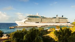 Barco de cruceros que llega al puerto almacen de metraje de vídeo