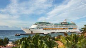Barco de cruceros que llega al puerto metrajes