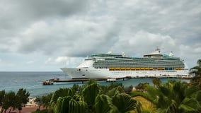 Barco de cruceros que llega al puerto almacen de video