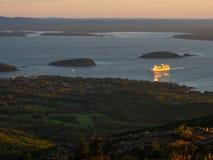 Barco de cruceros en la salida del sol Foto de archivo libre de regalías