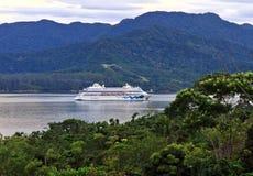 Barco de cruceros que llega Ilhabela vía el canal de Sebatiao del sao Imagen de archivo libre de regalías