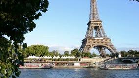 Barco de cruceros que mueve encendido río Sena cerca de la torre Eiffel en París almacen de video