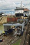 Barco de cruceros que pasa a través de las cerraduras en el Canal de Panamá Imagen de archivo libre de regalías