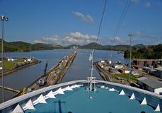 Barco de cruceros que pasa a través del Canal de Panamá Fotos de archivo libres de regalías
