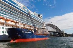 Barco de cruceros que reaprovisiona de combustible, puerto de Sydney, Australia Fotos de archivo