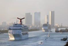 Barco de cruceros que sale de Miami Foto de archivo