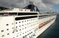 Barco de cruceros que sale del acceso fotografía de archivo