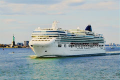 Barco de cruceros que sale del puerto de Nueva York Fotos de archivo