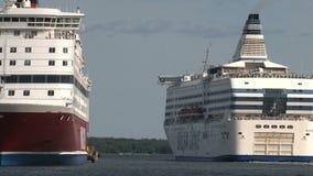 Barco de cruceros que sale del puerto de Helsinki Finlandia almacen de video