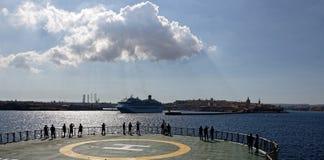 Barco de cruceros que sale de La Valeta, Malta fotos de archivo