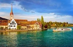 Barco de cruceros que va abajo del río Rhine en Stein am Rhein, Switze fotografía de archivo libre de regalías