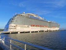 Barco de cruceros real de la princesa en Amber Cove, Puerta Playa, República Dominicana - 12/12/17 - princesa real atracada Imágenes de archivo libres de regalías
