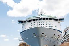 Barco de cruceros sobre los cantos rodados con las cuerdas Fotografía de archivo