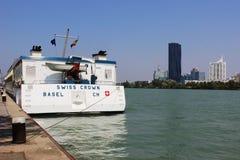 Barco de cruceros suizo de la corona, Danubio en Viena Austria Imagen de archivo libre de regalías