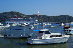 Barco de cruceros y barcos de pesca foto de archivo libre de regalías