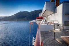 Barco de cruceros y cielo azul Fotografía de archivo libre de regalías