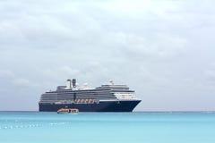 Barco de cruceros y cielos nublados Fotografía de archivo