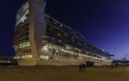 Barco de cruceros y gente en la oscuridad Foto de archivo libre de regalías